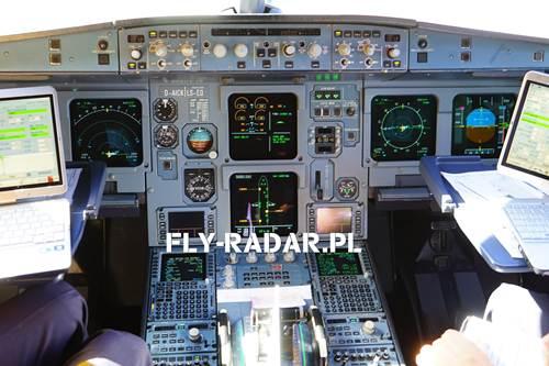 Skaner lotów samolotów i aktualne samoloty w powietrzu.